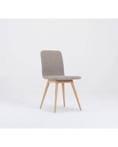 Béžová jedálenská stolička s podnožím z dubového dreva Gazzda Ena