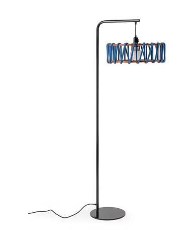 Stojacia lampa s čiernou konštrukciou a veľkým modrým tienidlom EMKO Macaron