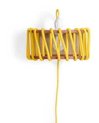 Žltá nástenná lampa s drevenou konštrukciou EMKO Macaron, dĺžka 30 cm